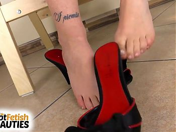 Barefoot Petra Feet gives you the perfect close-up feet show