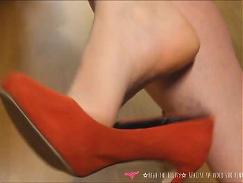 Vends-ta-culotte French MILF Foot Fetish High Heels Dangling