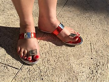 Toe wiggling Queen - sexy sandals on gorgeous feet